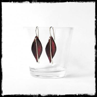 Boucles d'oreilles modernes- Design - Forme Feuille- Emaux sur cuivre - rouge profond - Argent 950