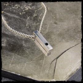 Collier pendentif barre en argent massif design contemporain point en verre noir