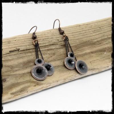 """Boucles d'oreilles pendantes """"Petites fleurs """" grises- émaux sur cuivre -Légères et romantiques -  bijoux de créateur"""