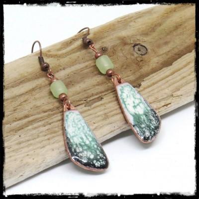 Longues Boucles d'oreilles originales style tribal blanc et vert d'eau - émaux sur cuivre - Perles en verre