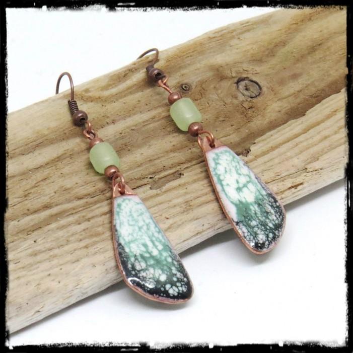 Longues Boucles d'oreilles originales style tribal balnc vert d'eau emaux craquelés