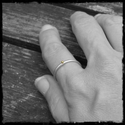 Bague anneau rond simple argent massif et bille d'or natif brossé satiné