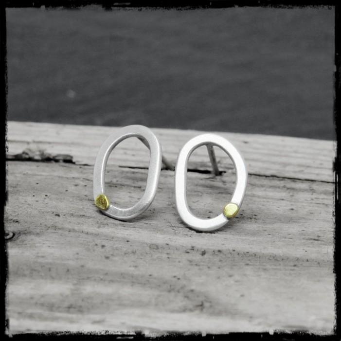 Boucles d'oreilles puces Argent massif et grain d'Or style brut brossé dissymétriques