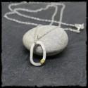 Collier fin pendentif argent massif et grain d'or -style contemporain