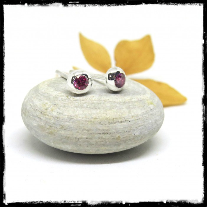 Small and fine minimalist earrings in sterling silver and pink zirconia