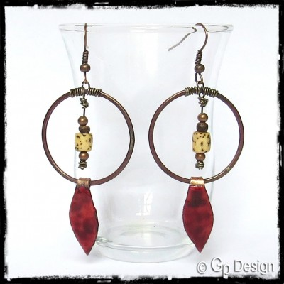 Boucles d'oreilles  ethniques -  Feuilles en émaux sur cuivre couleur rouge marsala - cuivre brut  - Perles naturelles