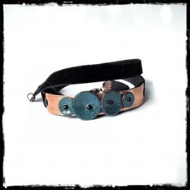 Bracelet romantique en Emaux sur cuivre - Petites fleurs bleues - Ruban velour noir multi-tours - Original