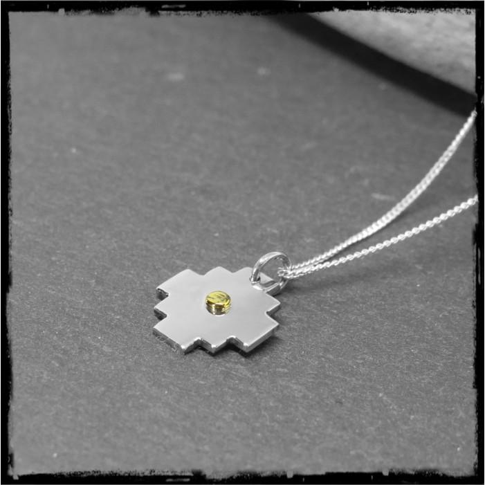 Petite croix andine Chacana en pendentif montée sur chaîne fine -