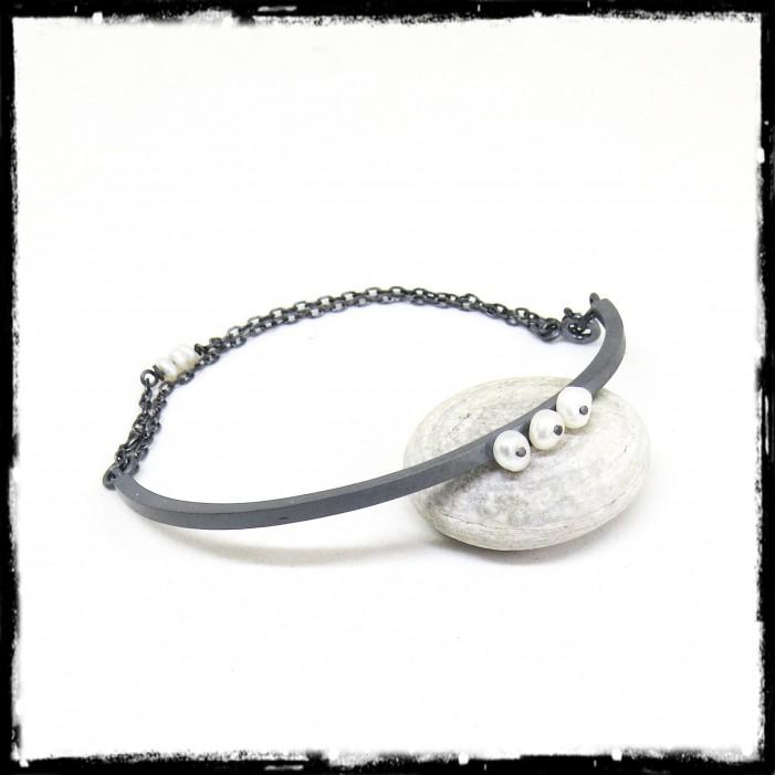 Bracelet contemporain semi rigide en argent massif et perle de culture
