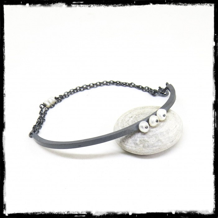 Semi-rigid bracelet in oxidized solid silver and cultured pearls