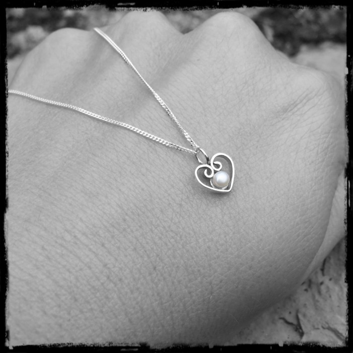 Romantic and vintage style heart pendant necklace in solid silver and cultured pearl