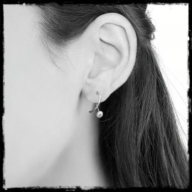 Minimalist and modern earrings in solid silver and cultured pearl