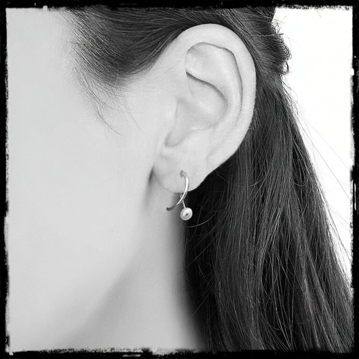 1613 / 5000 Résultats de traduction Minimalist and modern earrings in solid silver and cultured pearl