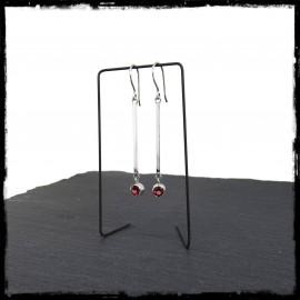 Longues et fines boucles d'oreilles design en argent massif et grenat