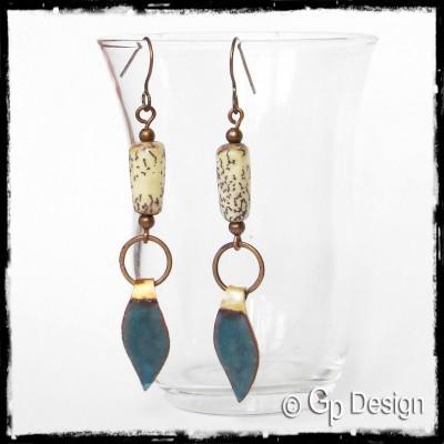 Boucles d'oreilles longues style ethnique - Emaux sur cuivre bleu - Perles naturelles