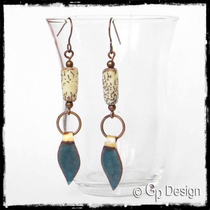 Boucles d'oreilles longues ethniques - Design - Emaux sur cuivre bleu - perles végétales