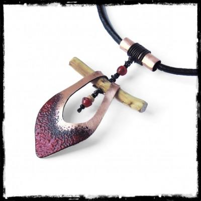 Collier tribal ethnique -Talisman - Pendentif Cuivre émaillé rouge profond - Lacet cuir et bois - Bijou de créateur -