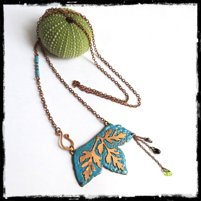 collier long sautoir style nature feuille cuivre brut emaux turquoises