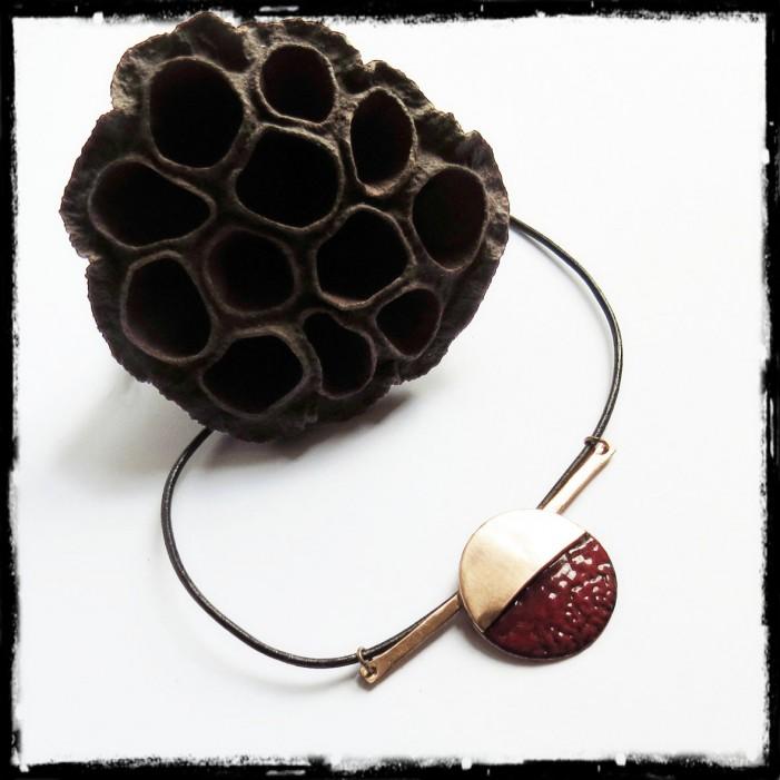 Collier de créateur - Moderne - Collier court design- cuivre brut et emaux sur cuivre- rouge-