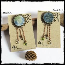 Broche style rétro romantique - émaux sur cuivre - vert et bleu- perles de verre- porte cabochon