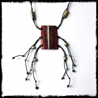 Collier ethnique - Pendentif Cuivre émaillé rouge profond - Lacet cuir et perles naturelles - Bijou de créateur - Modèle unique
