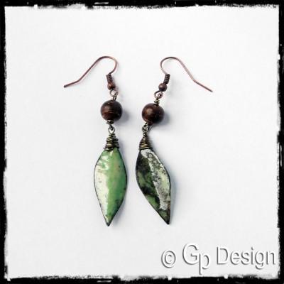 Boucles d'oreilles longues style ethnique-  Forme Feuille - émaux sur cuivre vert et marron - Perles naturelles