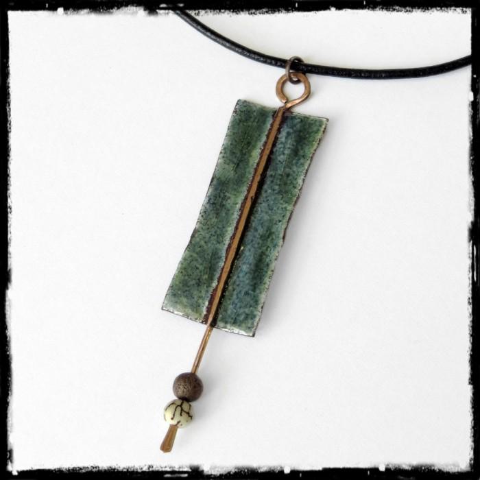 Collier court pendentif  style ethnique émaux sur cuivre -  vert bleu - cuir perle vegetale