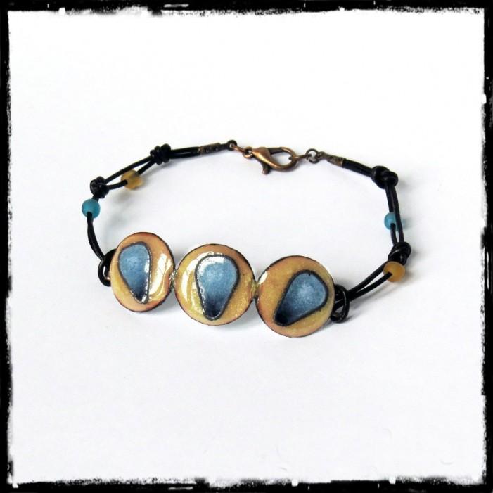 Bracelet de créateur - Emaux cloisonnés sur cuivre -Jaune et bleu - Lacets cuir et perles de verre - Forme gourmette