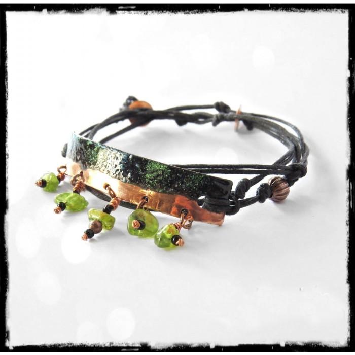 Bracelet de style bohème - Plaque de cuivre émaillé noir et vert - Breloques en pierres naturelles Péridots