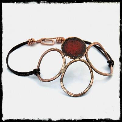Bracelet  style rustique design - Bracelet de créateur- anneau de cuivre patiné vieilli et émaux sur cuivre rouge écarlate