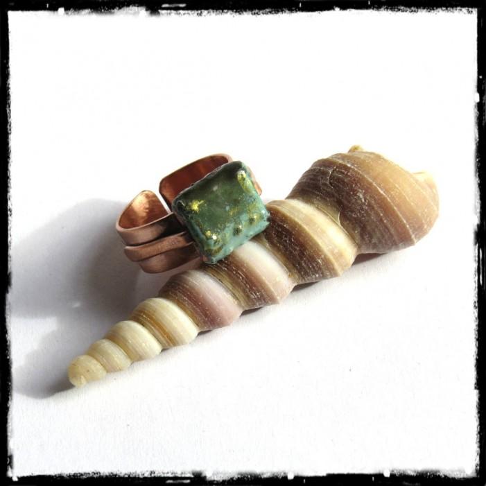 Bague large rustique en cuivre brossé et perle en emaux sur cuivre vert et or - réglable